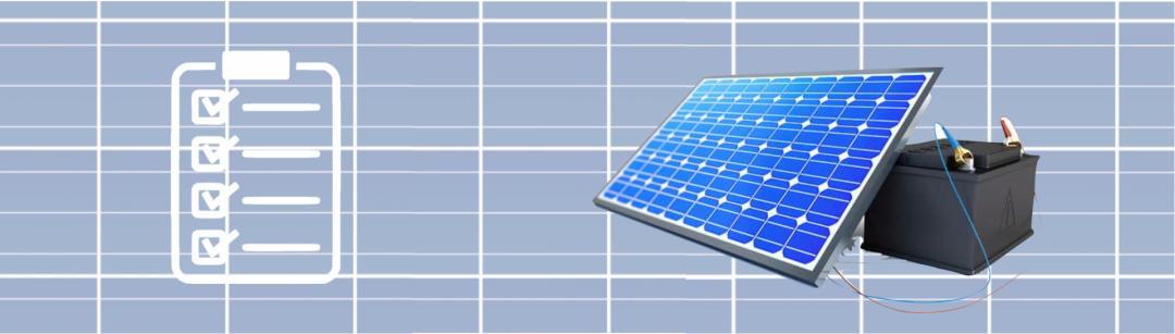 EIn Stromspeicher mit PV-Inselanlage als Hintergrund mit einer Checkliste, die die Kriterien des Stromspeichers symbolisiert