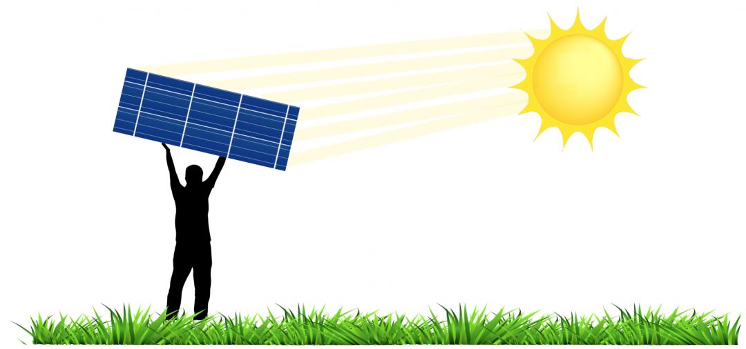Mann hält Solarpanel hoch, Sonne strahlt drauf