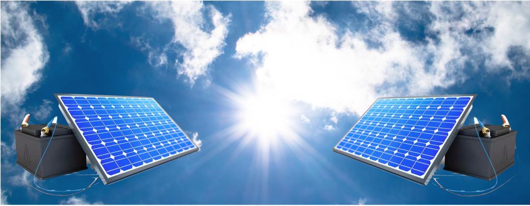 zwei Solarstromspeicher vor einem blauen Himmel mit Wolken und Sonne
