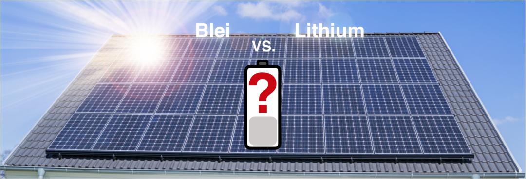 ein Solarstromspeicher in Form einer Batterie dargestellt, Photovoltaikanlage im Hintergrund, die Wörter Blei und Lithium darüber