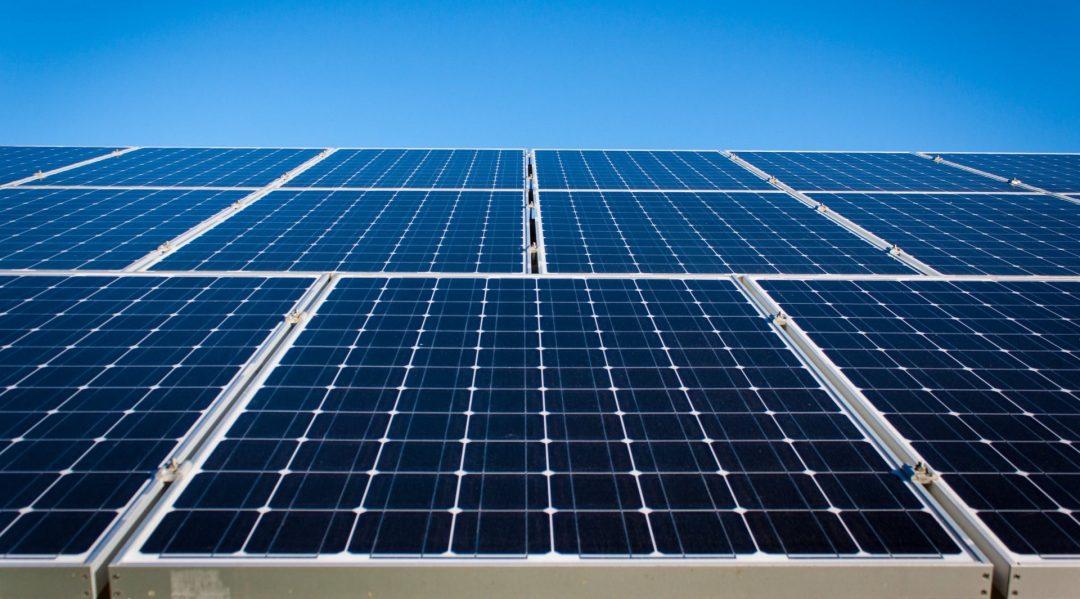 Eine Photovoltaikanlage mit vielen Modulen, auf denen die Solarzellen sehr gut erkennbar sind