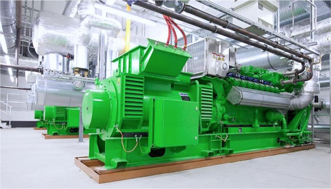 Strom selbst erzeugen - grünes Blockheizkraftwerk im inneren eines Industriegebäudes