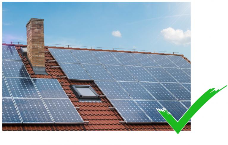 Eine Solaranlage auf einem roten Dach, die genutzt wird um Strom zu sparen