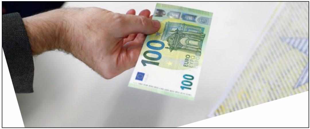 Stromzähler kaufen: Eine ausgestreckte Hand mit einem 100-Euro Schein