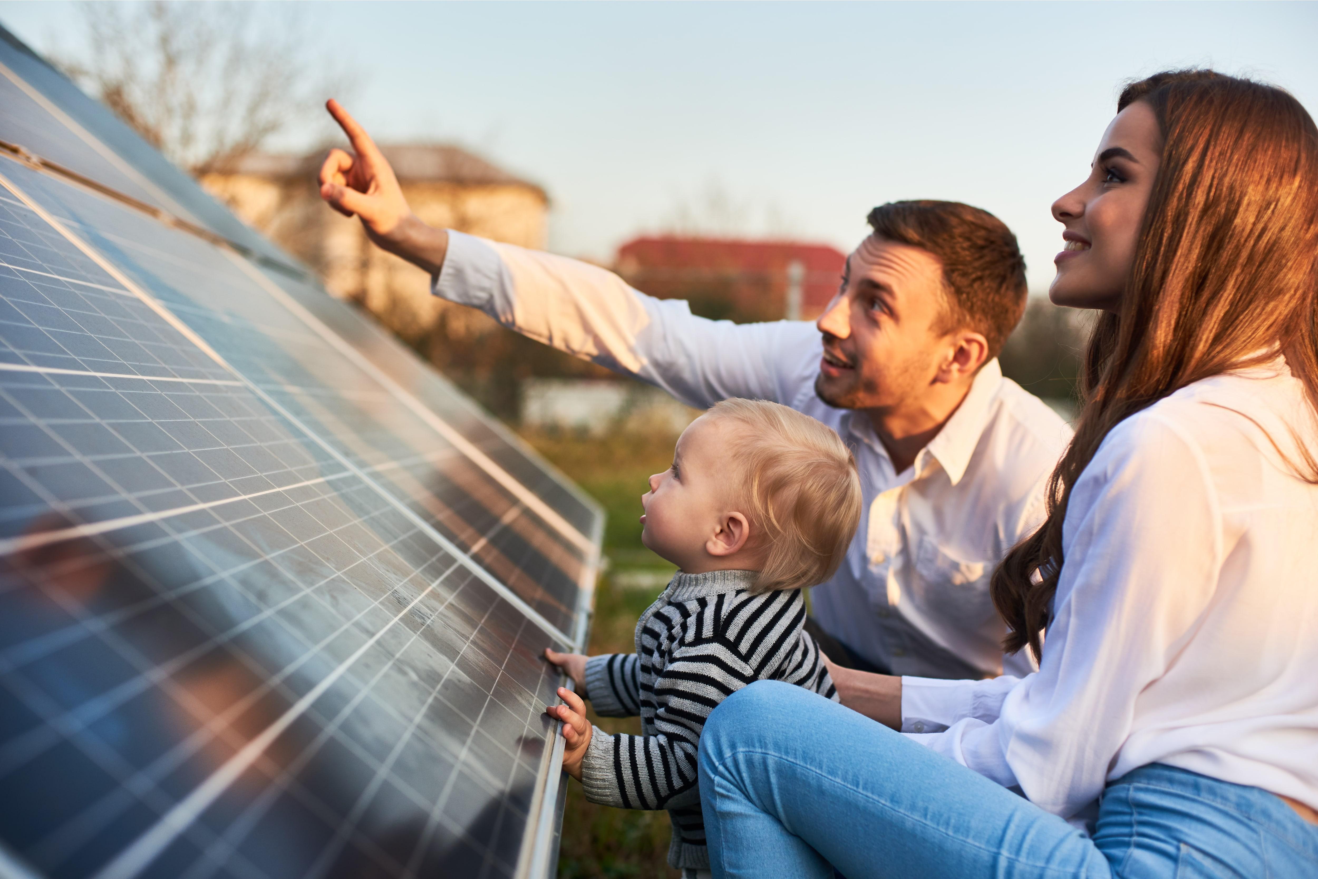 Familie Proggert zeigen Baby Felix die Solaranlage