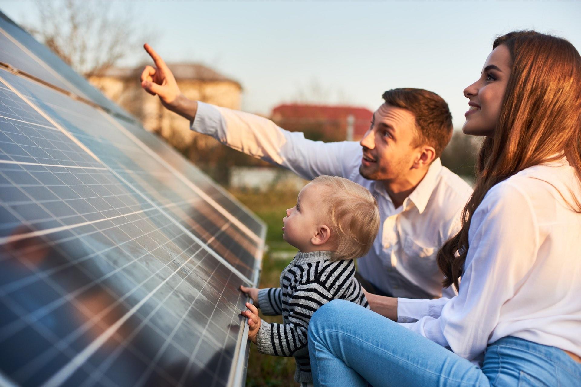 Eltern zeigen Ihrem Baby ihre Solaranlage