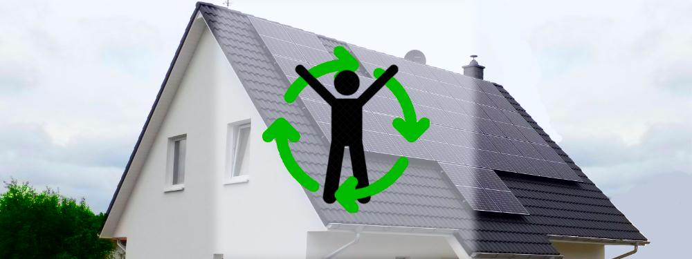 Eine Solar-Inselanlage auf einem grauen Hausdach mit Symbol der Unabhängigkeit im Vordergrund