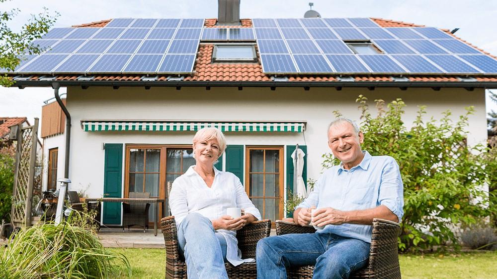 Familie mit Solaranlage auf dem Dach