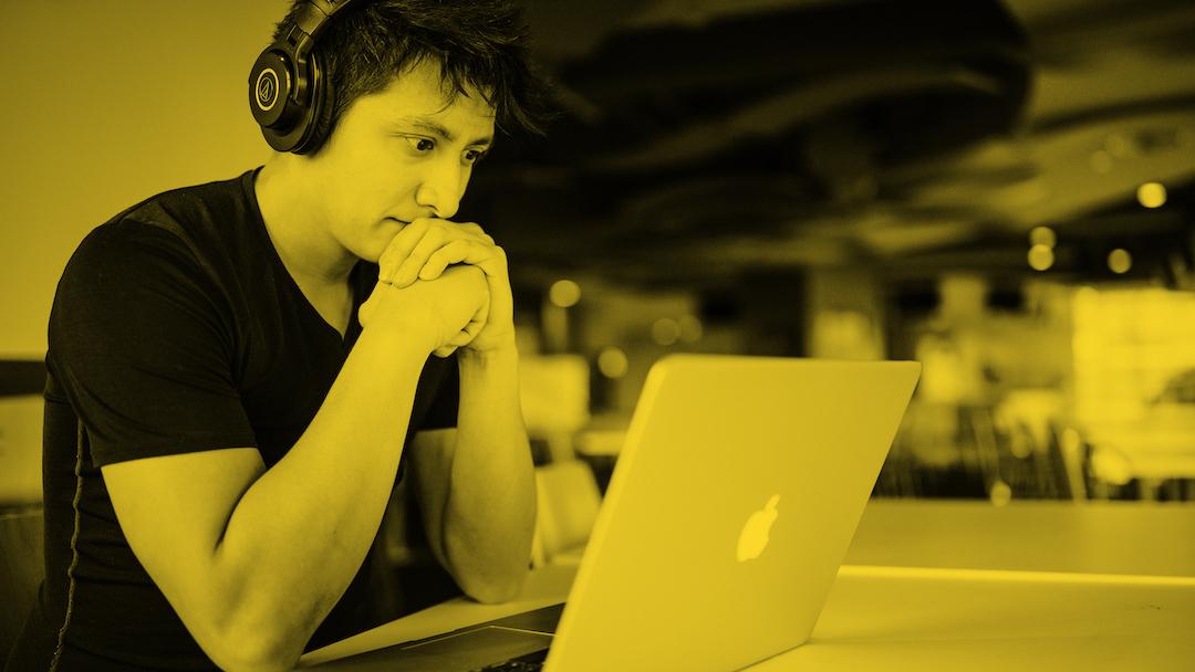 Niño con auriculares en el ordenador.