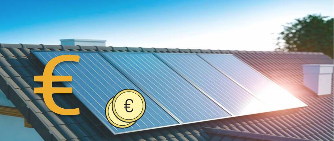 Die Kosten der Solarthermie durch ein Euro Zeichen und zwei Münzen dargestellt, die vor einer Solarthermie Anlage auf einem Dach sind.