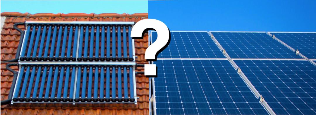 Zwei verschiedene Typen von Solarplatten auf einem Dach - Solarthermiekollektoren und Solarmodule einer PV-Anlage mit weißem Fragezeigen in der Mitte