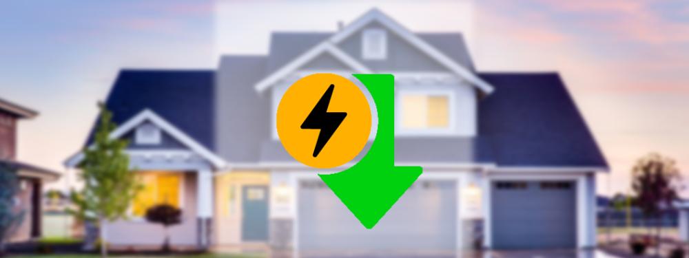 Ein grüner Pfeil mit Elektrizitäts Symbol und Haus im Hintergrund die das Strom Sparen symbolisieren