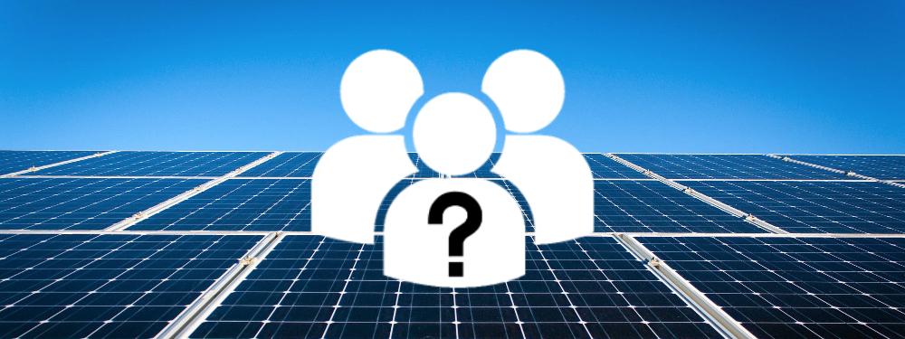 Drei Mensch-Icons mit Fragezeichen mit Solaranlage im Hintergrund