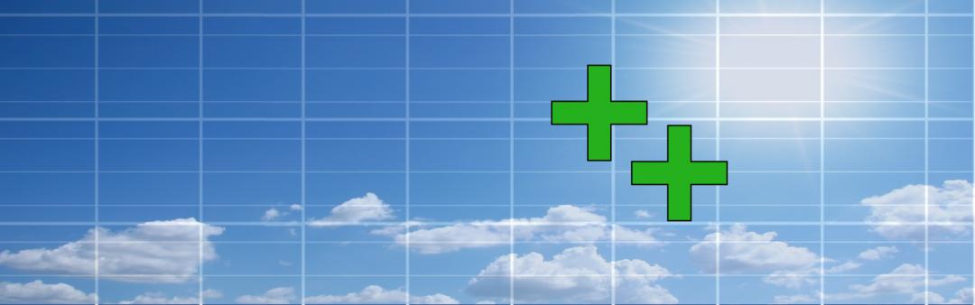 Die Vorteile von Solarstrom: zwei Plusse auf einem blauen Himmel und Solarmodulen als Hintergrund