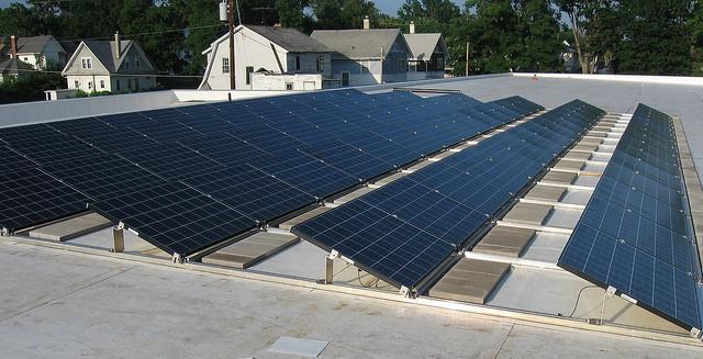 Solarzellen auf einem Flachen Dach