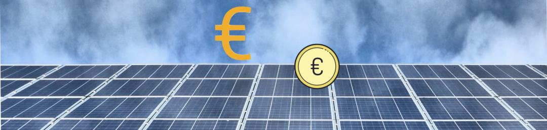 Die Kosten einer Photovoltaik Komplettanlage dargestellt durch ein Euro Zeichen und eine Münze über einer PV-Anlage