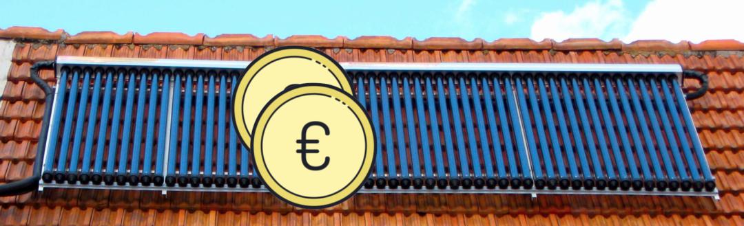 Die Kosten von Solarplatten der Solarthermie anhand von grauen Röhrenkollektoren auf einem roten Dach und zwei Euro zeichen dargestellt