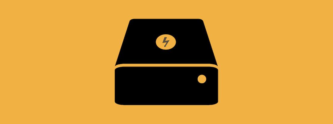 Ein schwarzer Strompeicher auf gelbem Hintergrund