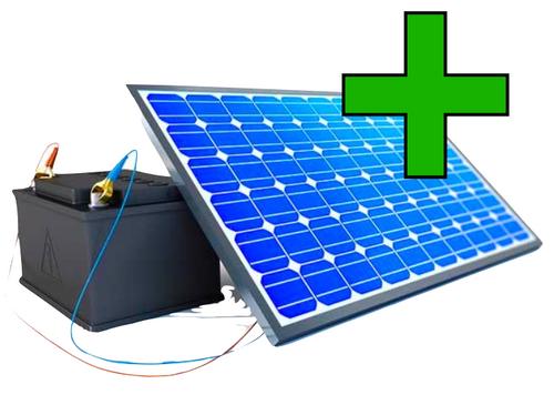 Ein Stromspeicher neben Solarpanel und grünem Plus Symbol