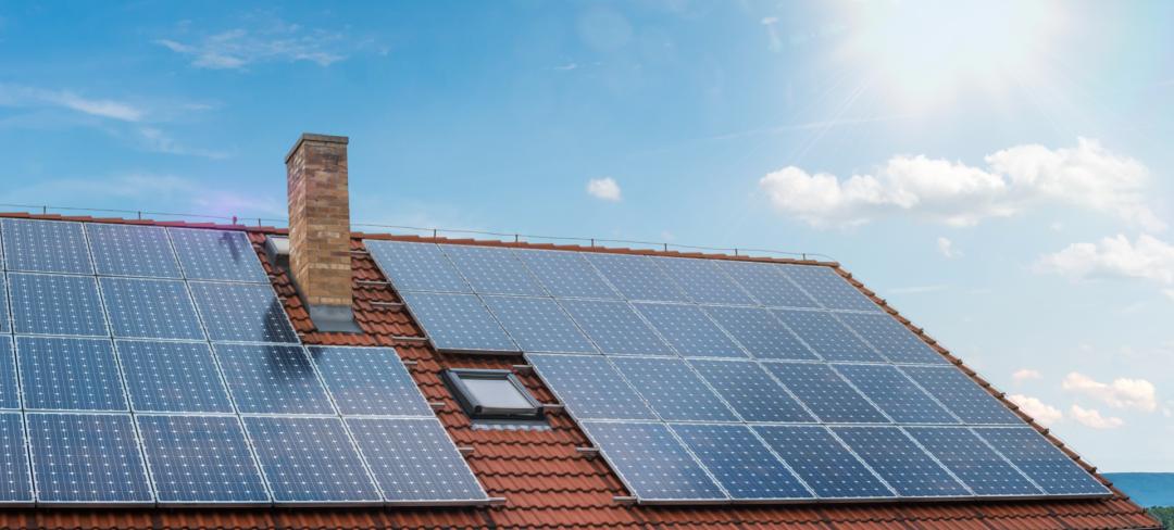 lohnt sich eine photovoltaikanlage zur miete? Anlage auf einem roten Dach mit blauem Himmel