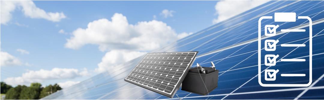 ein grauer Solarstromspeicher vor einer Solaranlage, blauer Himmel und Wolken im Hintergrund
