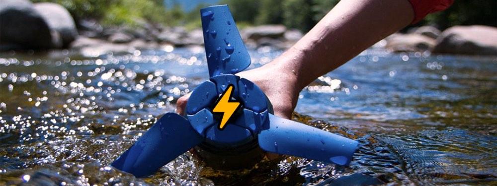 Ein Rotor im Wasser, der Strom erzeugt und von einer Hand gehalten wird