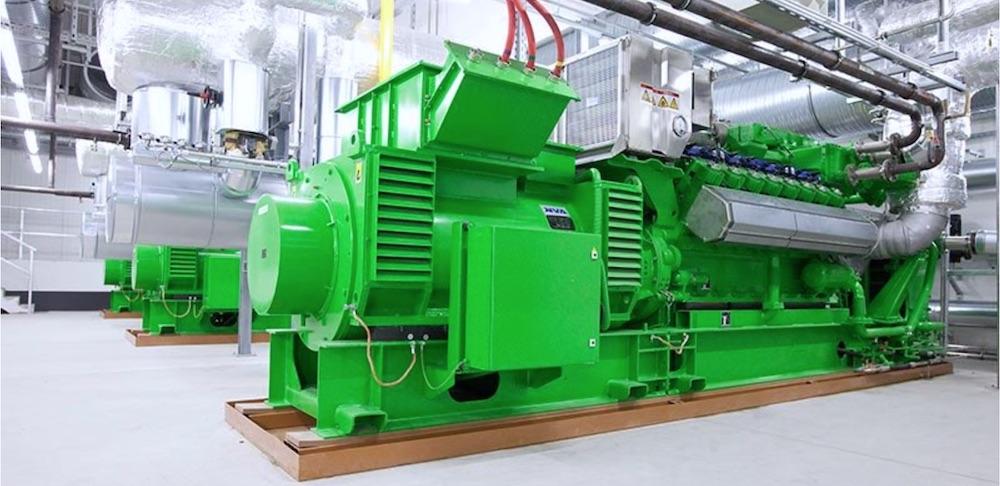 Grünes Blockheizkraftwerk im inneren eines Industriegebäudes, das für die Stromerzeugung verwendet wird