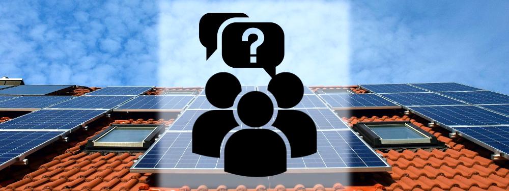 Drei Personen Icons mit Fragezeichen vor einer Photovoltaikanlage, die FAQ symbolisieren