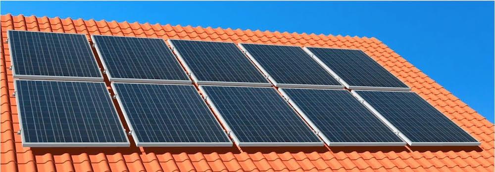 Solarplatten auf einem roten Dach