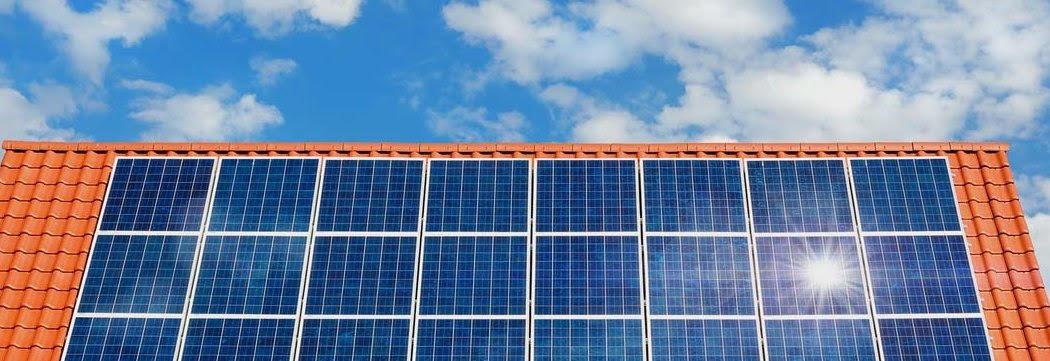 Viele Solarzellen auf einem Dach bilden eine Solaranlage