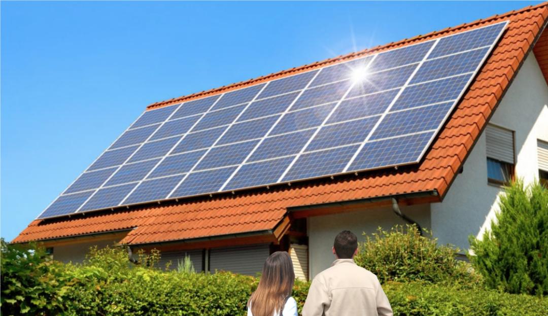 Nachbarn stehen vor einem Haus mit Solaranlage auf dem Dach