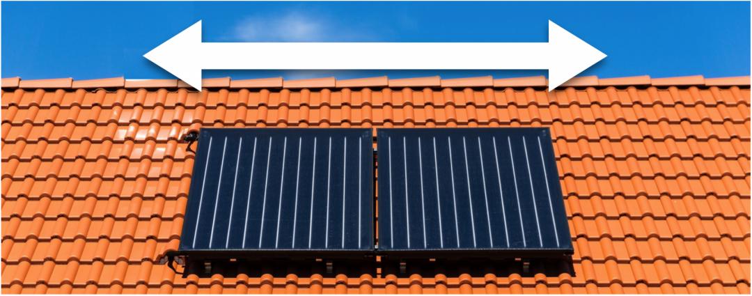 Zwei Flachdachkollektoren auf einem roten Dach mit weißem Pfeil, der die Größe und notwendige Fläche einer Solarheizung symbolisiert.