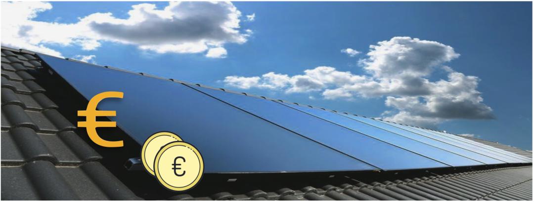 Die Kosten einer Solarheizung durch ein Euro Zeichen und zwei Münzen dargestellt, die vor einer Solarthermie-Anlage auf einem Dach sind.
