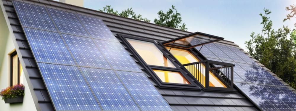 Eine monokristalline Photovoltaiknlage auf einem Hausdach