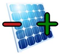 Ein blaues Photovoltaikmodul mit Plus und Minus Symbolen
