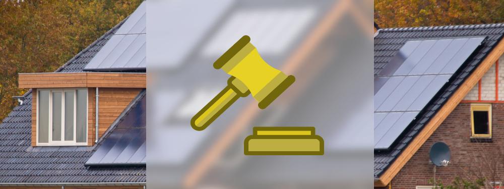 Ein juristischer Hammer vor einer Solaranlage, die zusammen die rechtlichen Aspekte einer Solaranlage darstellen