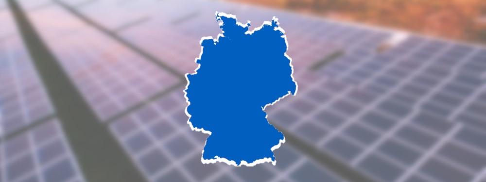 Photovoltaikmodule mit Deutschlandkarte, die die bundesweite Förderung darstellen