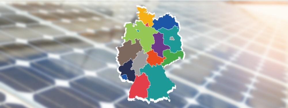 Solarmodule auf einem Dach mit den Bundesländern Deutschlands  im Vordergrund