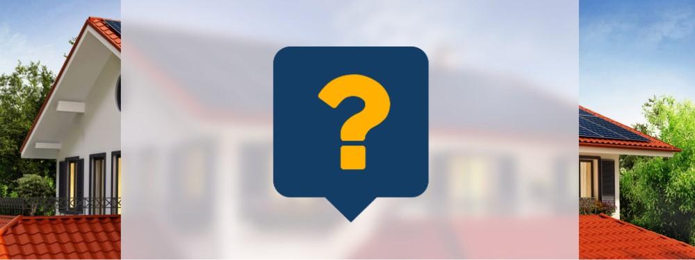Ein Fragezeichen mit einem Haus mit PV-Anlage im Hintergrund