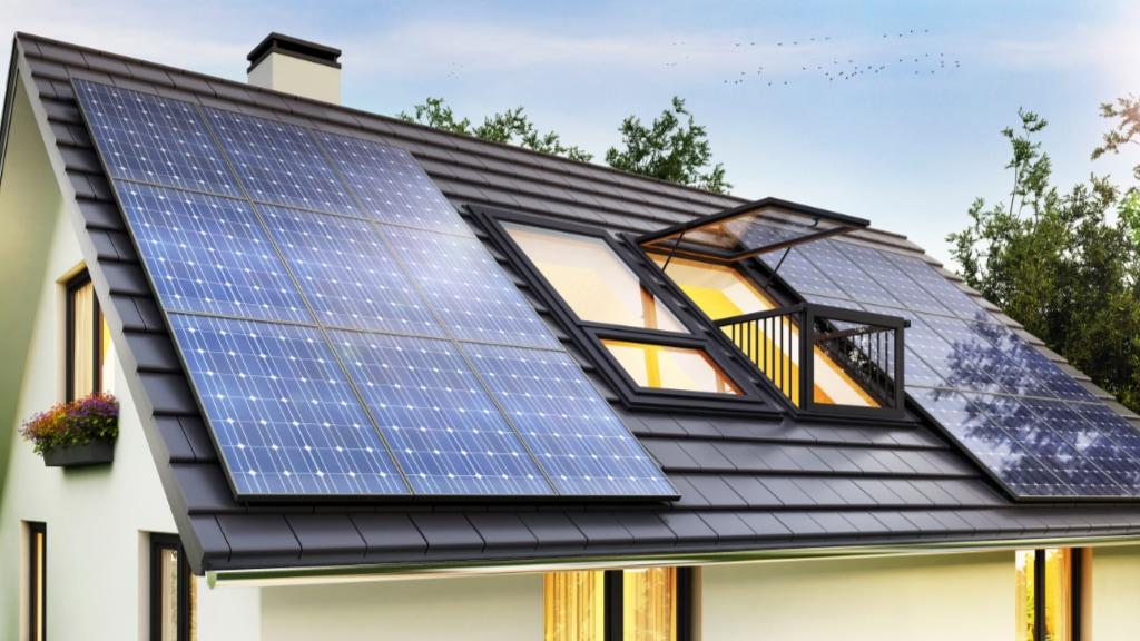 Ein Haus mit Solarmodulen auf dem Dach