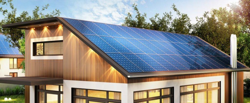 Ein Haus mit PV-Anlage auf dem Dach