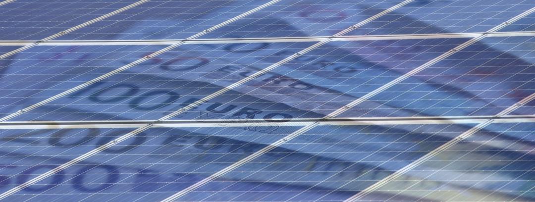 Eine Solaranlage mit Euroscheinen im Hintergrund, was die Kosten einer Solaranlage symbolisiert