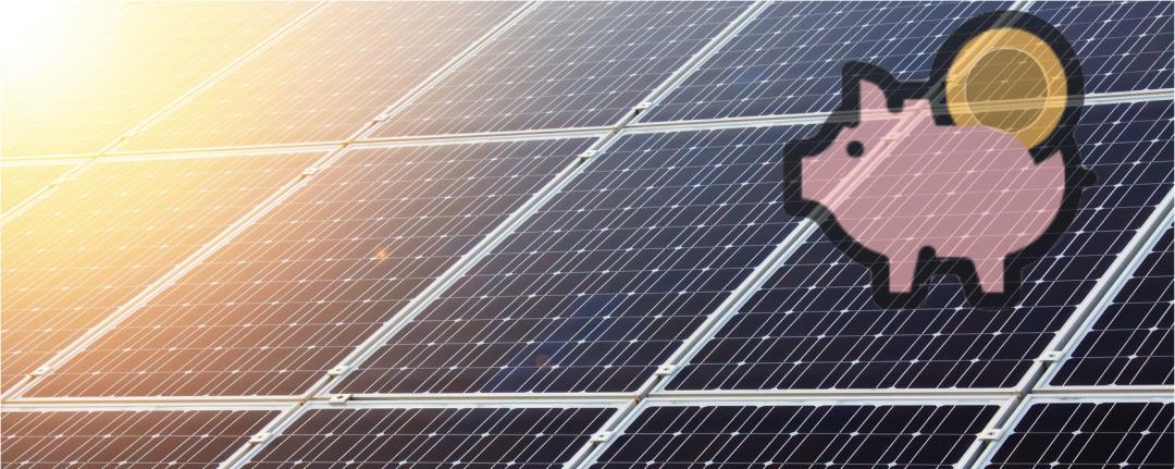 Solaranlage mit einem Sparsschwein im Vorderund als Symbol für die Amortisierung