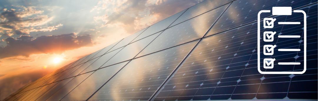 Eine Photovoltaikanlage im Sonnenuntergang und einem Checklisten-Icon im Vordergrund