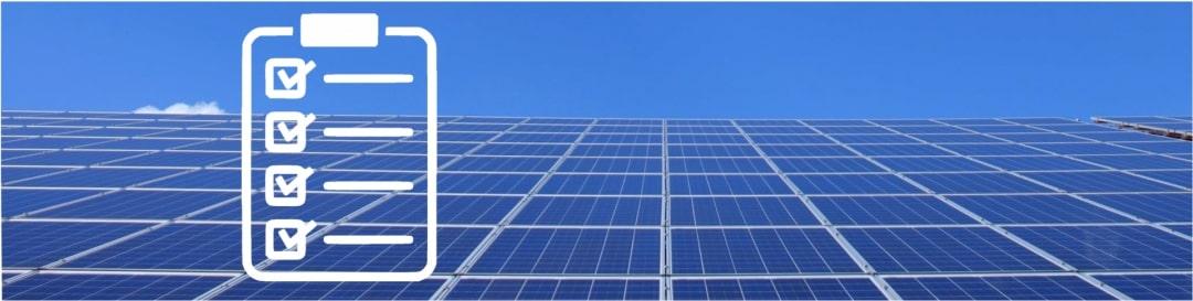 EIne Solar-Inselanlage auf einem Dach mit einer Checkliste, die die Kriterien der PV-Anlage symbolisiert