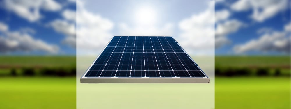 Ein Solarpanel mit Natur im Hintergrund