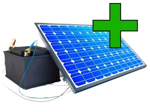 ein Solarstromspeicher mit grünem Plus, was die Vorteile symbolisiert