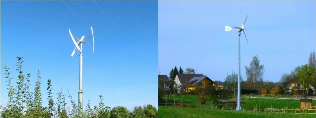 zwei kleine Windkrafträder, die im Garten stehen
