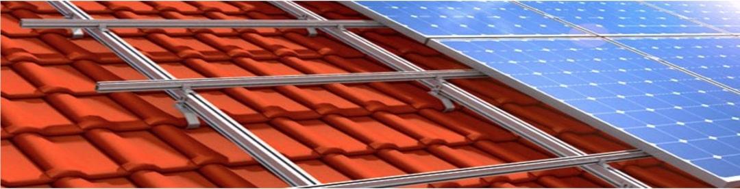 Die Unterkonstruktion einer PV-Anlage aus Metall auf einem Dach mit roten Dachziegeln