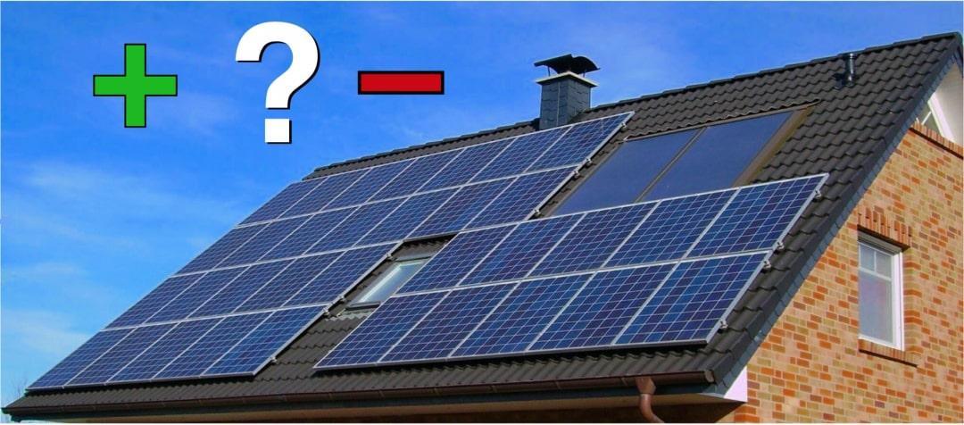 Die Vorteile und Nachteile einer Photovoltaik Komplettanlage symbolisiert durch ein Plus, ein Minus und ein Fragezeichen über einem Dach mit PV-Anlage